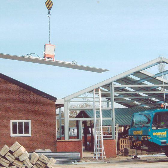Plaatsen van dakpanelen met vacuümheffer