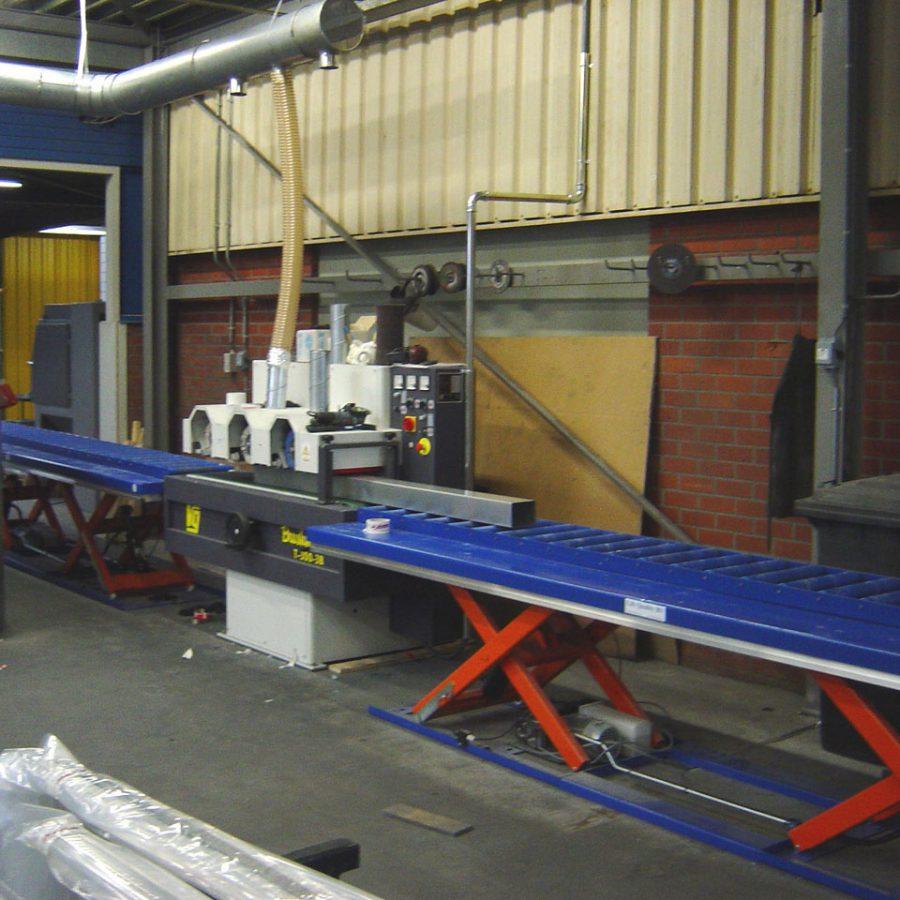 Dubbelschaars heftafels in gebruik bij polijstmachine